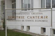 placa plexic universitate cu litere de bronz Pretext Advertising